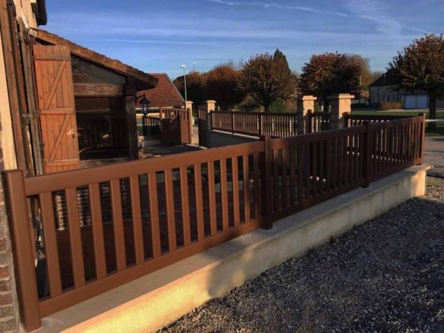 clôture vertical marron en aluminium, art et portails